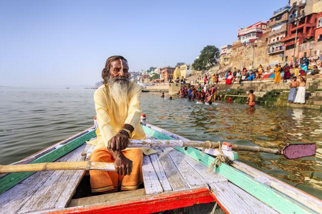 Un moine Sadhu sur le gange à Varanasi  -Bénarès - Inde
