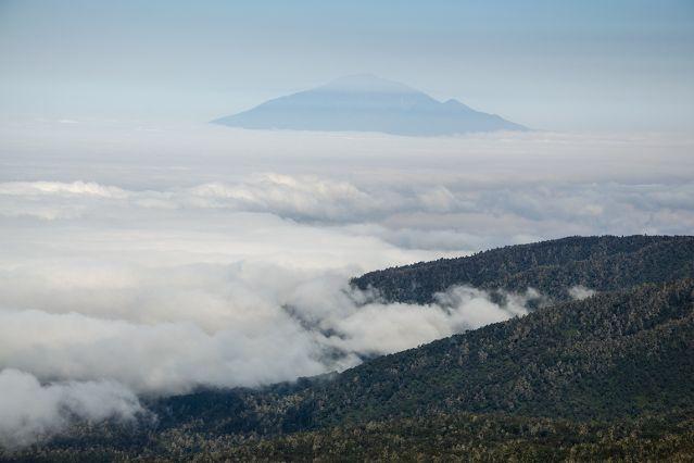 Au loin, le mont Meru - Kilimandjaro, voie Machame - Tanzanie
